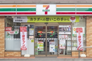 Japan's convenience stores cash in on cashless payments